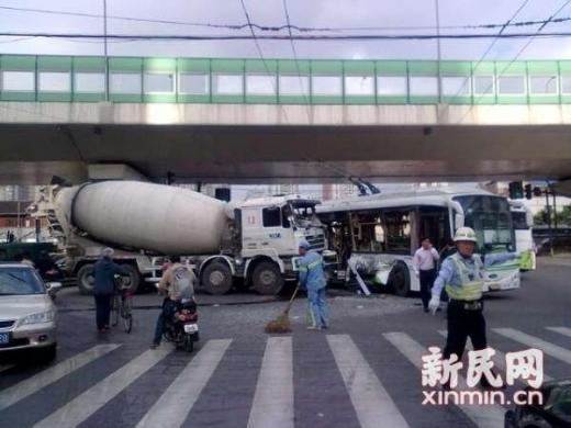上海公交车与搅拌车相撞致13人受伤