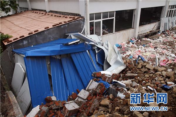 青岛一家公司土墙被暴雨冲塌 18死3伤