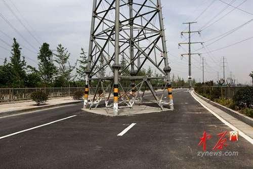 郑州:一高压线塔挺立新路中间引质疑(图)