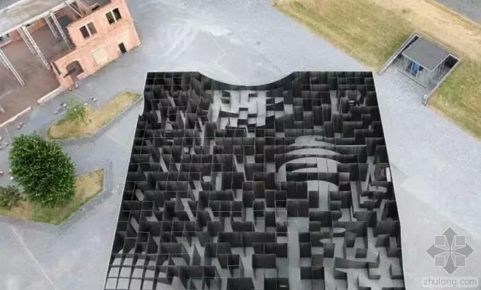 前矿场上拔地而起的迷宫雕塑