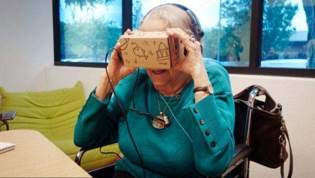 """97岁老人""""未来""""之旅对虚拟现实惊叹不已"""
