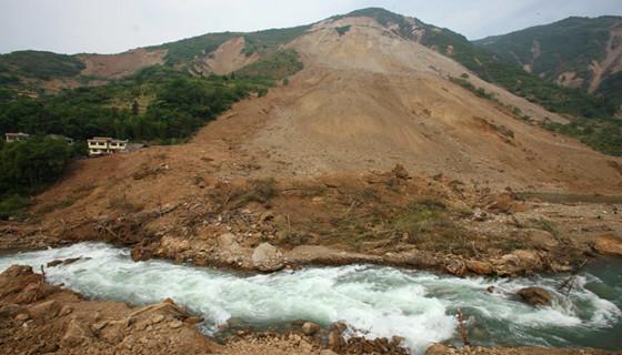河道清淤工程中滑坡成因及应对措施