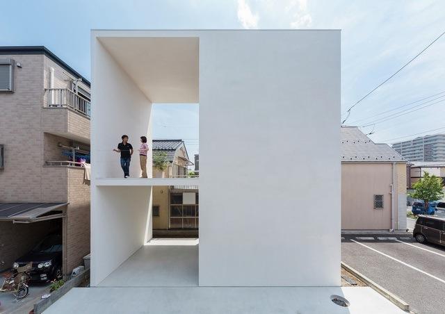 极简风格小住宅拥有大大的露台