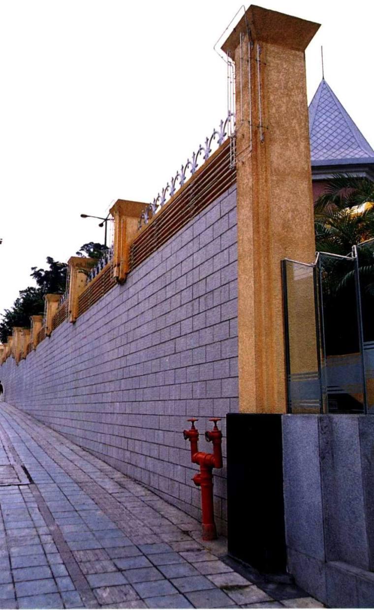 高大的围墙和高耸的柱子
