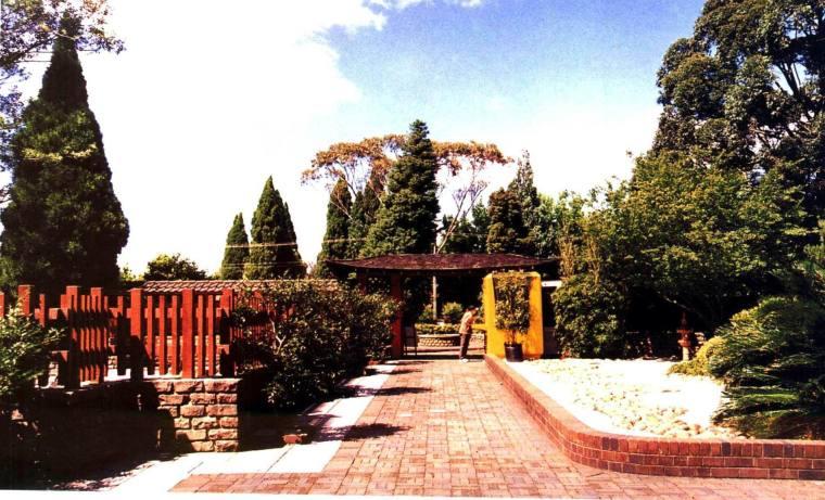 灰瓦坡顶的大门和日式园林