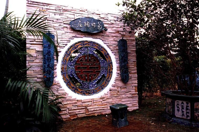 文化石墙面衬托下的花窗