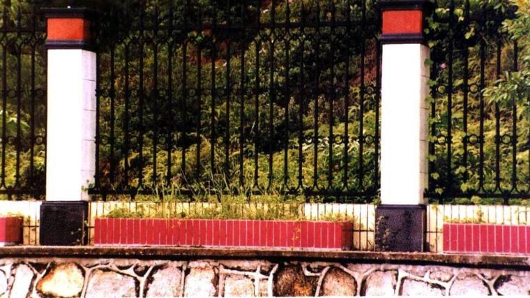 花基内种植悬垂植物,可以装饰挡土墙