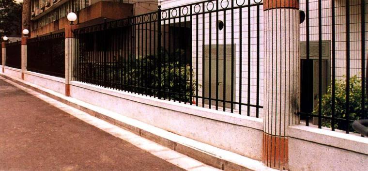 柱子的色彩变化,使围墙不至于单调