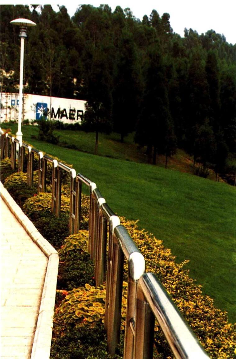 构图简洁的不锈钢栏杆