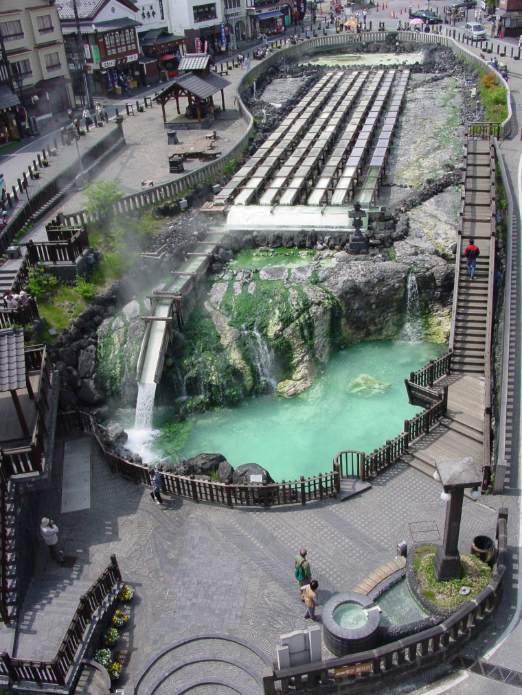 Hot springs placed in street第1张图片
