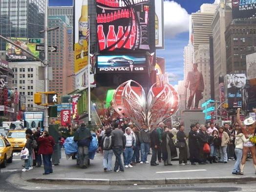Valentines资料下载-纽约时代广场情人节庆祝雕塑(Times Square celebrates Valentines
