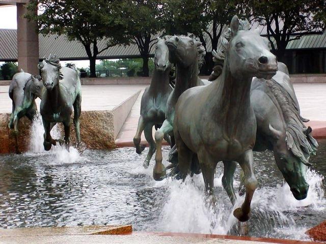 野马雕塑第2张图片