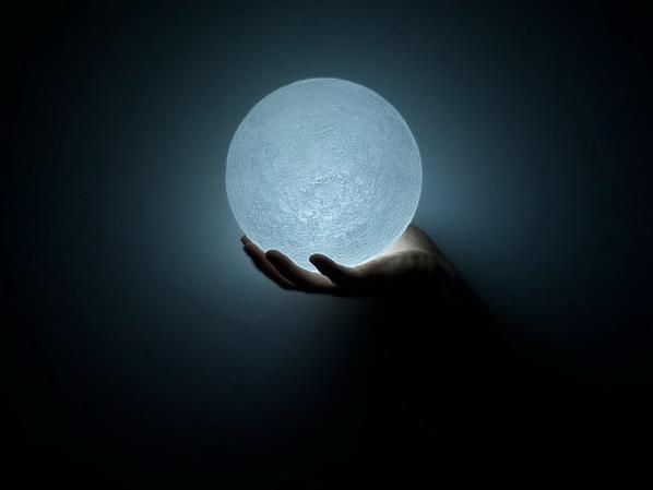 捧在手心的月亮LED灯第1张图片