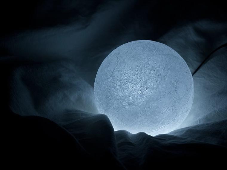 捧在手心的月亮LED灯第3张图片
