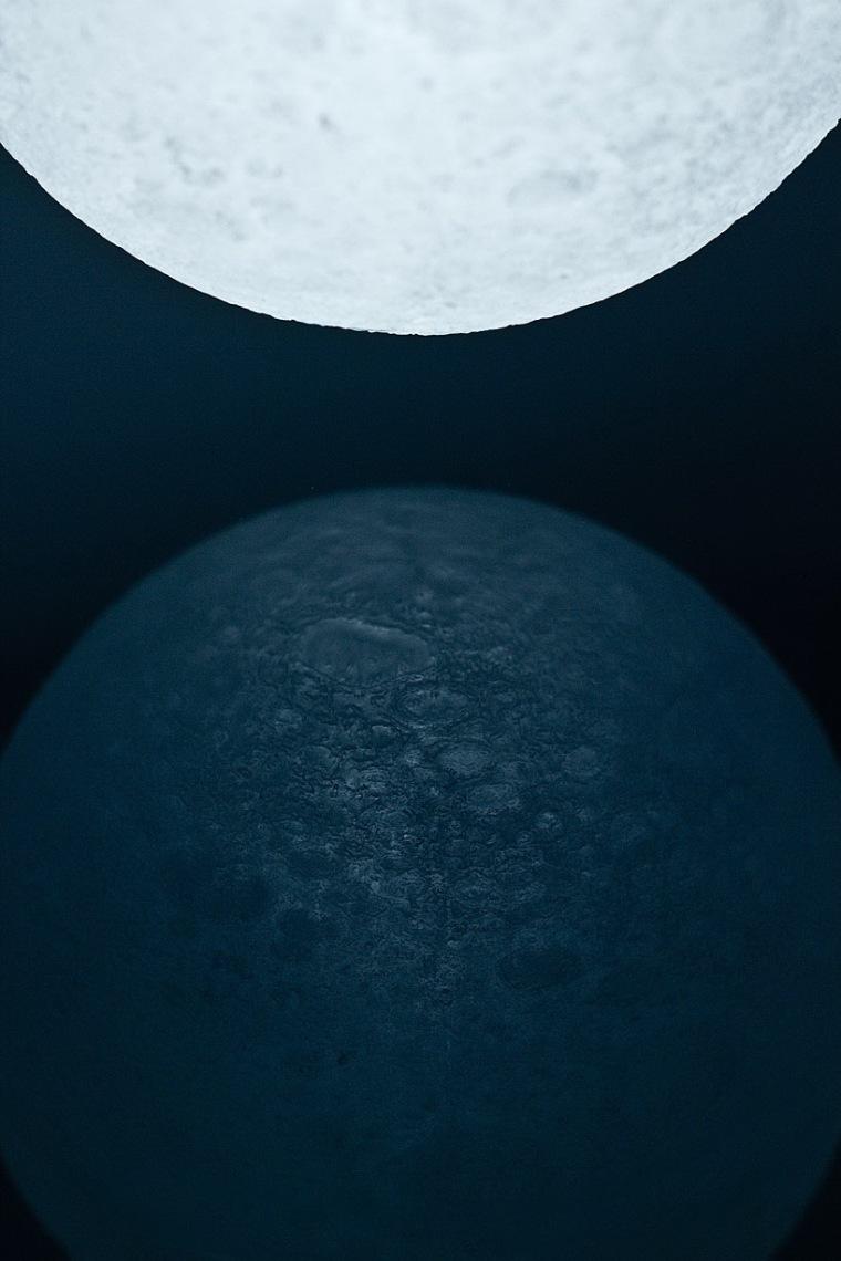 捧在手心的月亮LED灯第5张图片