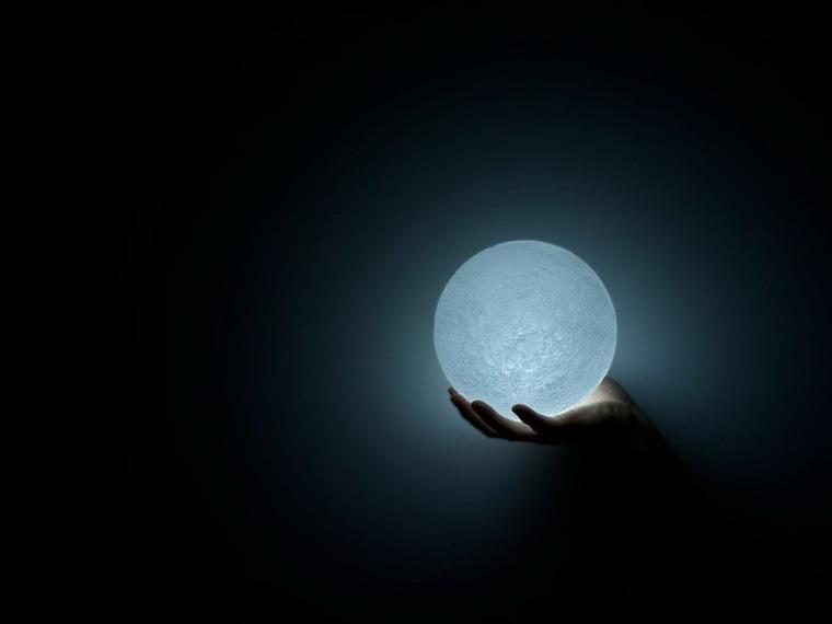捧在手心的月亮LED灯第6张图片