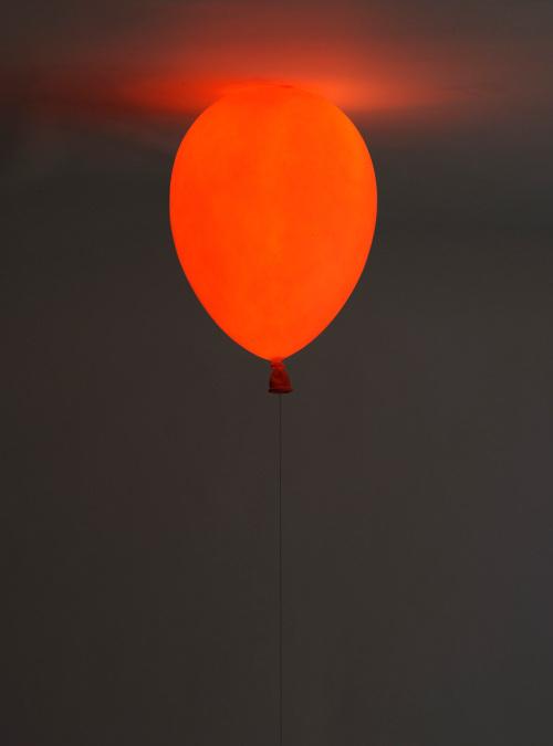 悬浮的气球长凳和气球灯泡第3张图片