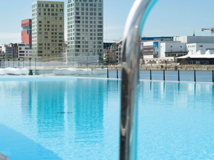 漂浮的露天泳池第1张图片