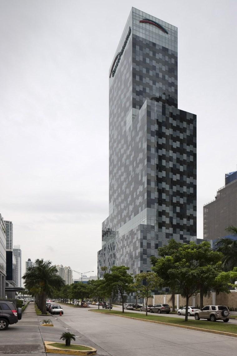 巴拿马银行大厦–由四小办公楼组成的大楼第3张图片