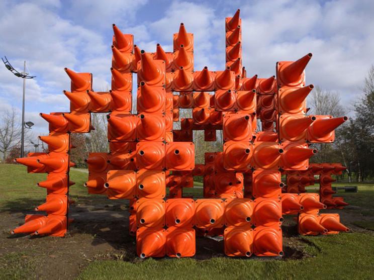 橙色锥形交通雕塑路标