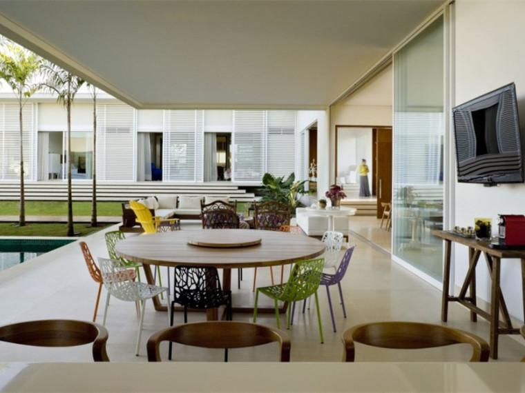 巴西简洁而优雅的庭院住宅