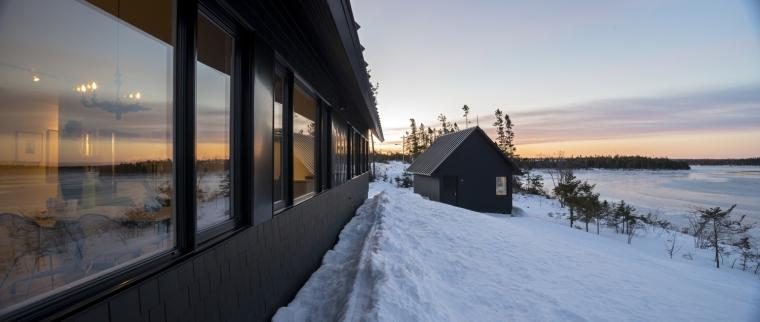 黑色三角墙住宅外部局部图-黑色三角墙住宅第2张图片