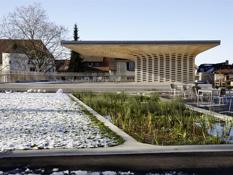 瑞士图书馆旁的木质馆景观