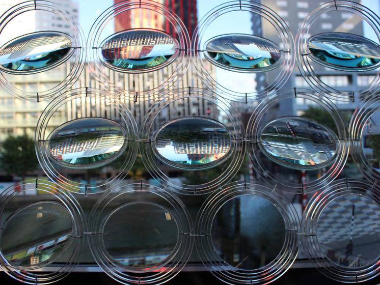玻璃镜头呈现出扭曲景观