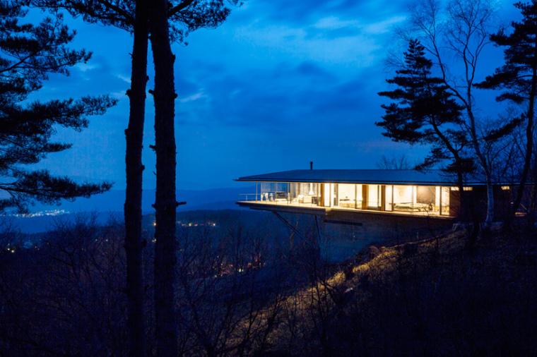 日本悬浮于空的住宅外部夜景实景-日本悬浮于空的住宅第12张图片