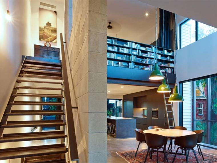 澳大利亚斜坡上的现代房屋