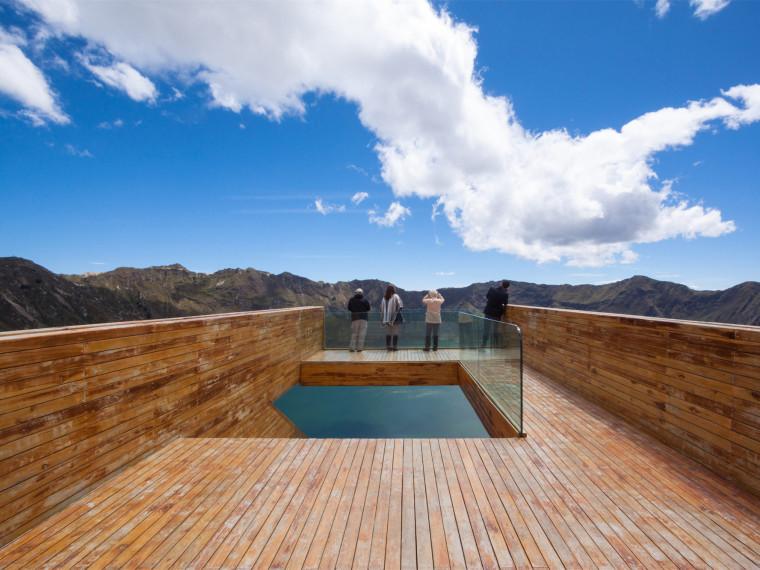 厄瓜多尔火山口的观景平台
