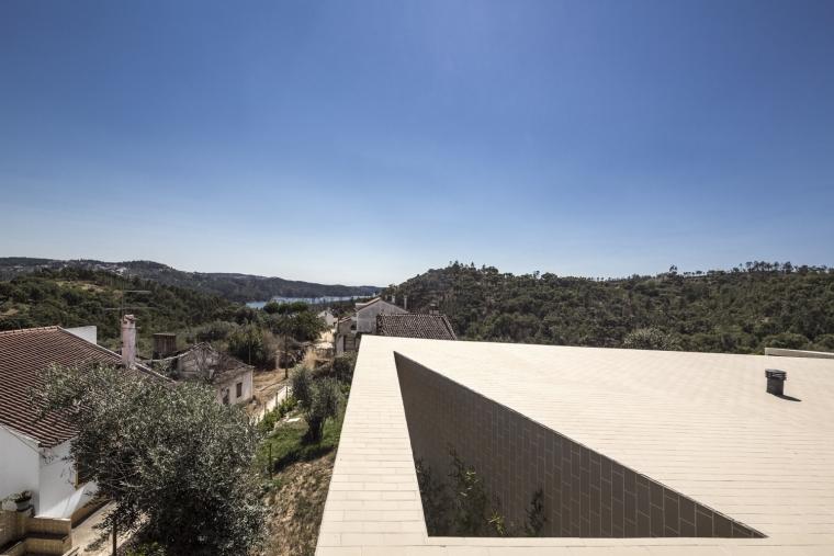 葡萄牙托马尔山顶别墅外部一角实-葡萄牙托马尔山顶别墅第8张图片