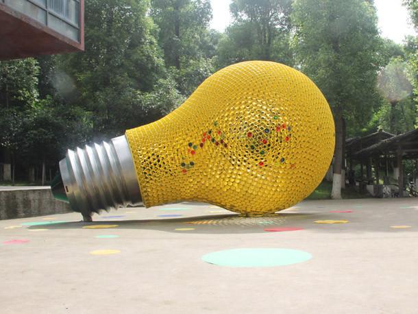 发光的梦想灯泡型艺术装置