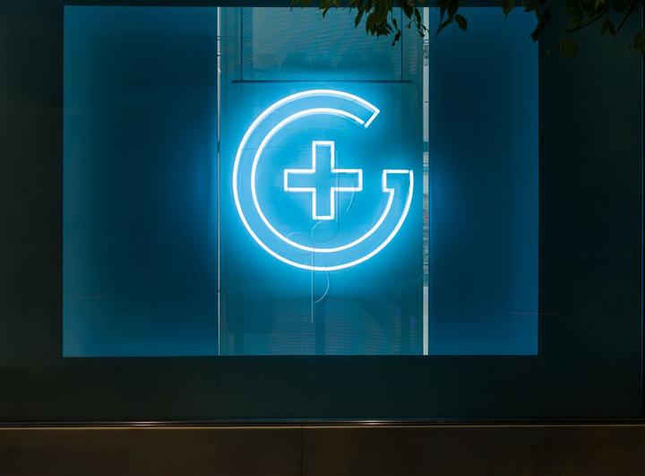 西班牙斯药店外部夜景实景图-西班牙加洛斯药店第13张图片