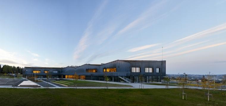 挪威Bratejordet中学外部夜景实景-挪威Bratejordet中学第5张图片