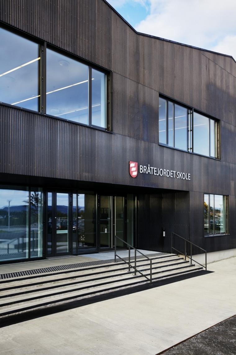挪威Bratejordet中学外部侧面实景-挪威Bratejordet中学第3张图片