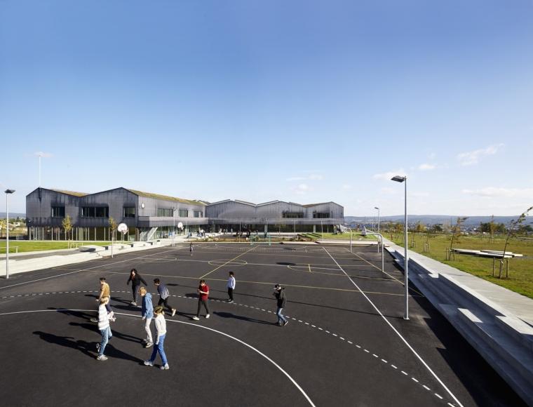 挪威Bratejordet中学外部操场实景-挪威Bratejordet中学第10张图片