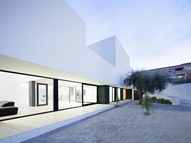 西班牙单亲家庭花园住宅第1张图片