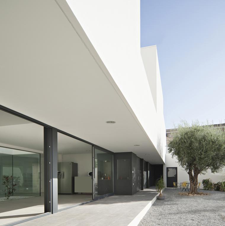 西班牙单亲家庭花园住宅外部侧面-西班牙单亲家庭花园住宅第5张图片
