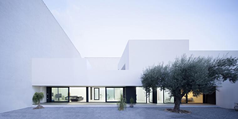 西班牙单亲家庭花园住宅外部夜景-西班牙单亲家庭花园住宅第7张图片