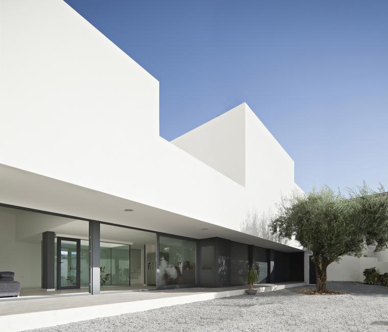 西班牙单亲家庭花园住宅外部侧面-西班牙单亲家庭花园住宅第4张图片