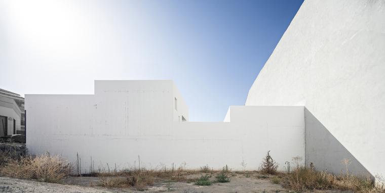 西班牙单亲家庭花园住宅外部实景-西班牙单亲家庭花园住宅第3张图片