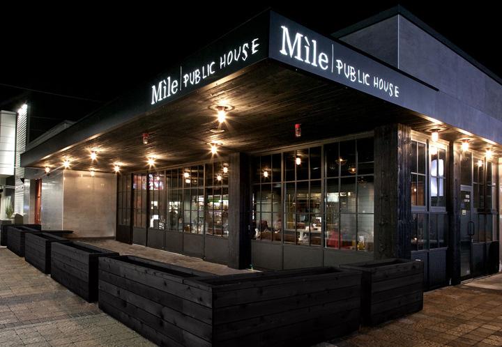 加拿大Míle酒吧餐厅外部夜景实景-加拿大Míle酒吧餐厅第10张图片