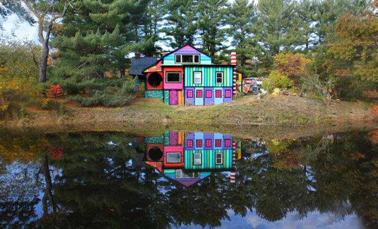 美国艺术家的七彩虹小屋外部实景-美国艺术家的七彩虹小屋第3张图片