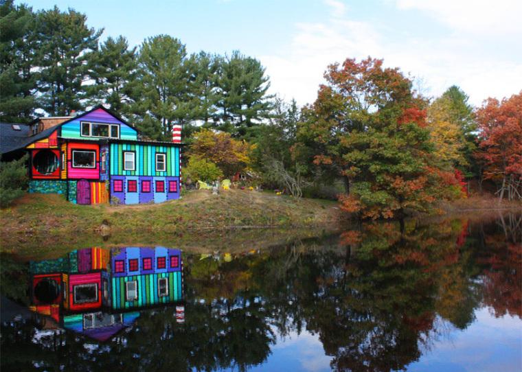 美国艺术家的七彩虹小屋外部实景-美国艺术家的七彩虹小屋第2张图片