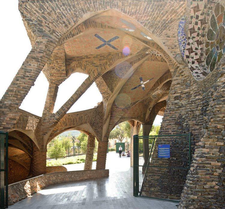 西班牙奎尔公园外部局部实景图-西班牙奎尔公园第7张图片