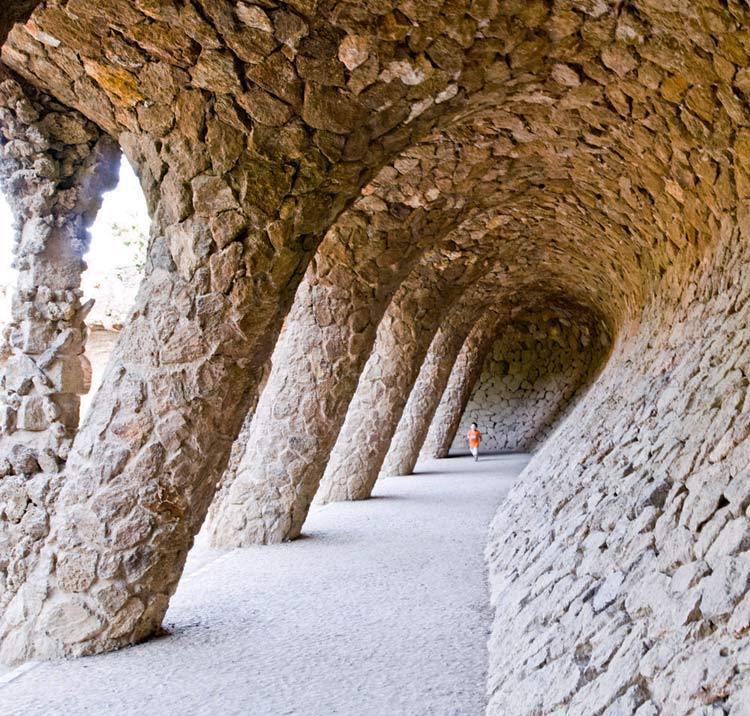 西班牙奎尔公园外部过道实景图-西班牙奎尔公园第5张图片