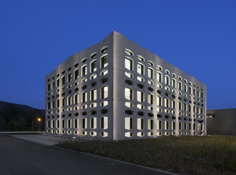 德国纽特拉大楼外部夜景实景图-德国纽特拉大楼第22张图片