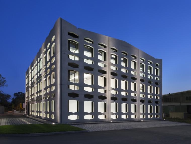 德国纽特拉大楼外部夜景实景图-德国纽特拉大楼第23张图片
