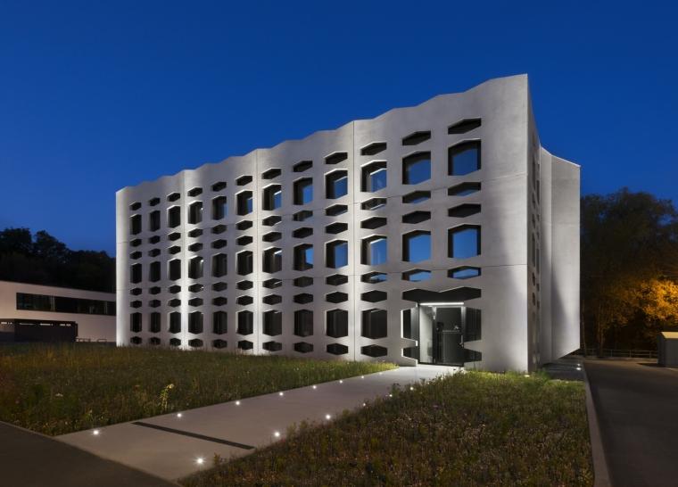 德国纽特拉大楼外部夜景实景图-德国纽特拉大楼第24张图片